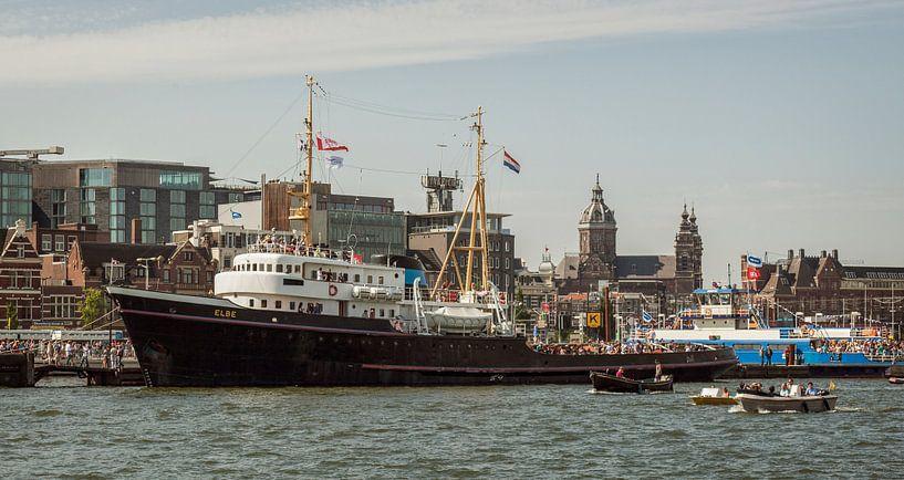 Sleepboot Elbe tijdens Sail Amsterdam 2015 van John Kreukniet