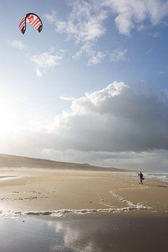 Kite surfer op het strand von Dirk van Egmond
