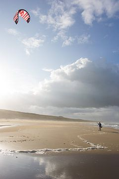 Kite surfer op het strand sur Dirk van Egmond