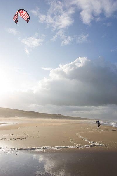 Kite surfer op het strand van Dirk van Egmond