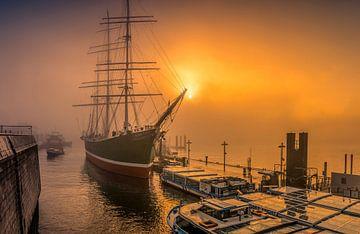 De Rickmer Rickmers aan de steigers in de haven van Hamburg. van Ingo Boelter