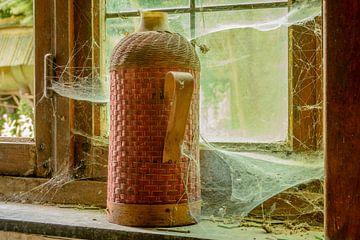 Fles in de vensterbank van Danny de Jong