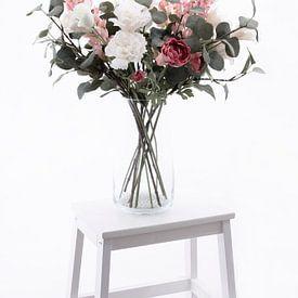 Vaas met mooie witte en roze bloemen op een wit trappetje van Miranda van Hulst