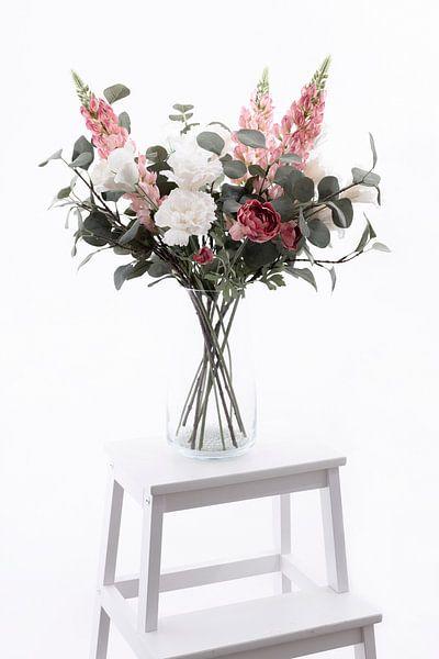 Vase avec de belles fleurs blanches et roses sur un escalier blanc sur Miranda van Hulst