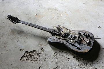 verbrannte Gitarre auf dem Boden von Heiko Kueverling