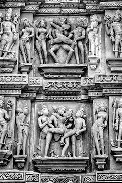 Khajurao - Erotisches Relief im Lakshmana-Tempel Zw-w 3 von Theo Molenaar