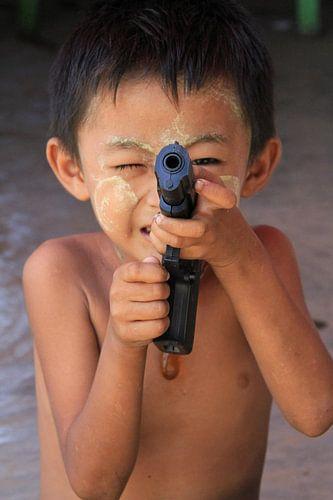 Jongetje met speelgoed pistool in Myanmar van Gert-Jan Siesling