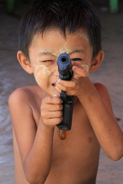 Jongetje met speelgoed pistool in Myanmar