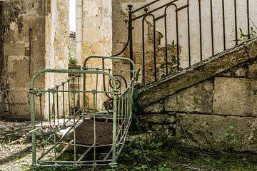 Brocante ledikantje in vervallen huis van Peters Foto Nieuws l Beelderiseren