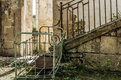 Brocante ledikantje in vervallen huis