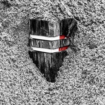 Verkeerspalen bedekt met zand van Jan Hermsen