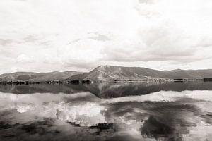 Bergen reflecteren in het meer