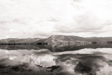 Reflektierende Berge im See von Jessie Jansen