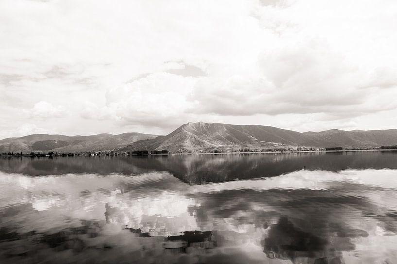 Bergen reflecteren in het meer van Jessie Jansen