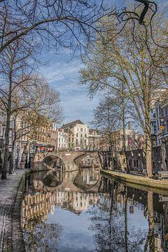 Doorkijkje op brug en gracht in Utrecht op een vroege morgen sur Harrie Muis