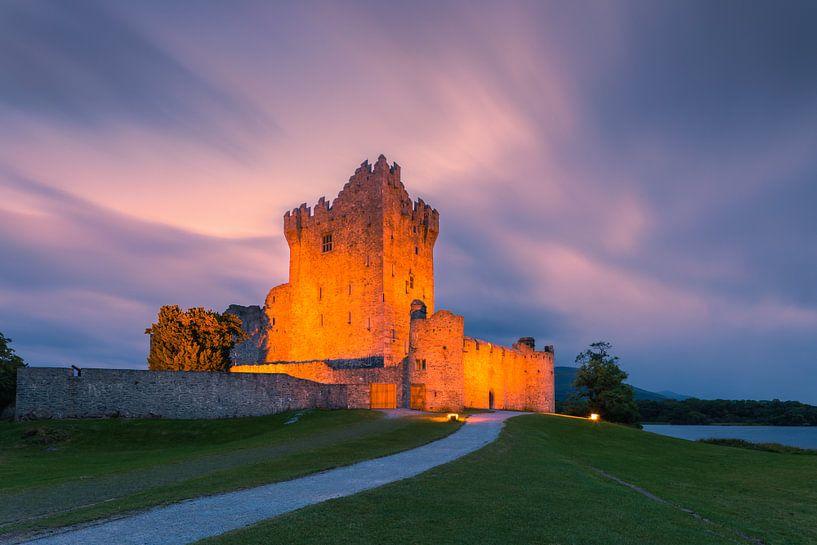 Sonnenuntergang bei Ross Castle, Killarney, Irland von Henk Meijer Photography