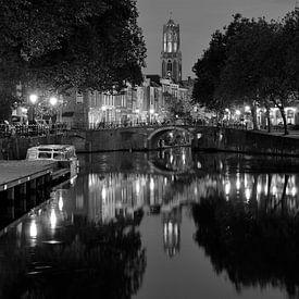 Zicht op Zandbrug, Oudegracht en Domtoren in Utrecht, ZWART-WIT (afwijkend formaat) von Donker Utrecht