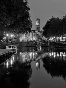Zicht op Zandbrug, Oudegracht en Domtoren in Utrecht, ZWART-WIT (afwijkend formaat)