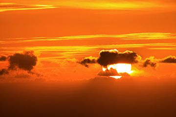 Ondergaande zon achter de wolken van Jolanta Mayerberg