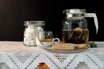 Foto van een stilleven met thee en koekjes. van Therese Brals