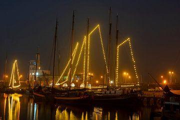 Dekorierte traditionelle Segelboote in Harlingen Niederlande zur Weihnachtszeit bei Nacht von Nisangha Masselink