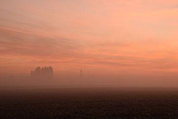 Limburgs dorpje in een mistige zonsopgang von Maarten Honinx
