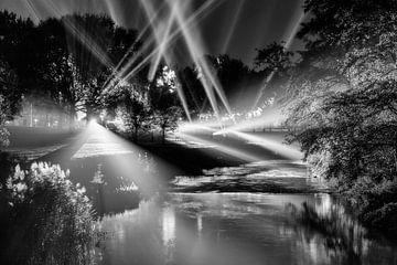 Lichtbundels boven rivier de Dommel in Eindhoven (zwart-wit) van Evert Jan Luchies