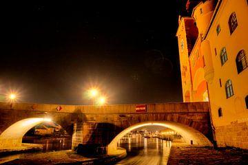 Stenen brug met Regensburgse stadstoren bij nacht van Roith Fotografie