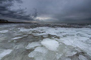 Regenbui boven een bevroren IJsselmeer van Peter Haastrecht, van