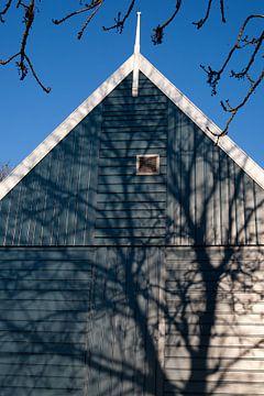 Schaduw op blauw huis van Arthur van Iterson
