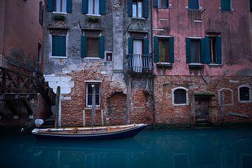 bootje in venetiaans kanaal van Karel Ham