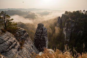 Het Bastion in de Mist - Saksische Zwitserland - van Jiri Viehmann