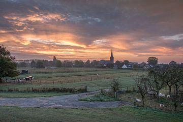 Prachtige lucht boven kerk van Moetwil en van Dijk - Fotografie