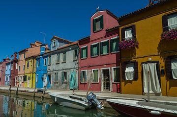 Mooie gracht in het wonderschone Burano, Venetie, Italie van Patrick Verhoef