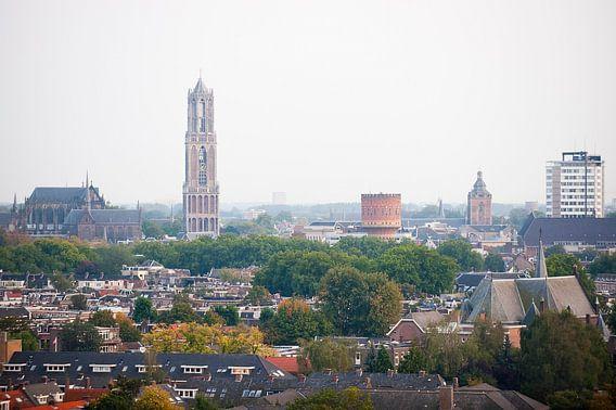 Blik op een herfstkleurig Utrecht. van Ramon Mosterd