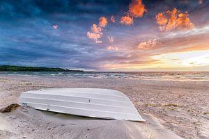 Bootje op het strand bij Hove-strand in Denemarken