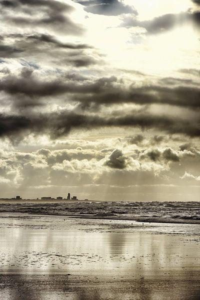 Zicht op zandvoort - Gouden weerspiegeling van Ernst van Voorst