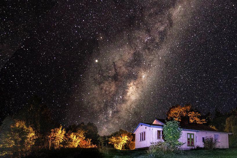 Zweden huis met sterren en melkweg van Fotos by Jan Wehnert