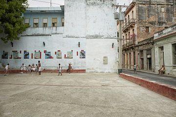 Männer spielen Fußball auf den Straßen von Havanna. Havanna, Kuba von Tjeerd Kruse