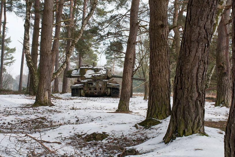Urbex - Tank in de sneeuw van Tim Vlielander