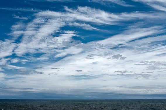 Wolkenspel boven zee van Hans Kwaspen
