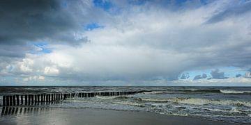Dreigende Lucht met Regenboog boven Kalme Zee (1) van Dirk Huckriede