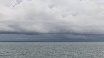 Wolken über dem Meer von Dick Doorduin