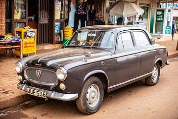 Une vieille voiture sur une route de terre à Kampala, en Ouganda sur Eric van Nieuwland