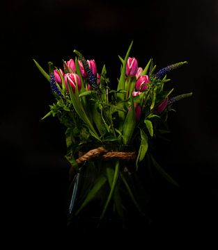Stilleben einer Vase mit rotvioletten Tulpen von Compuinfoto .