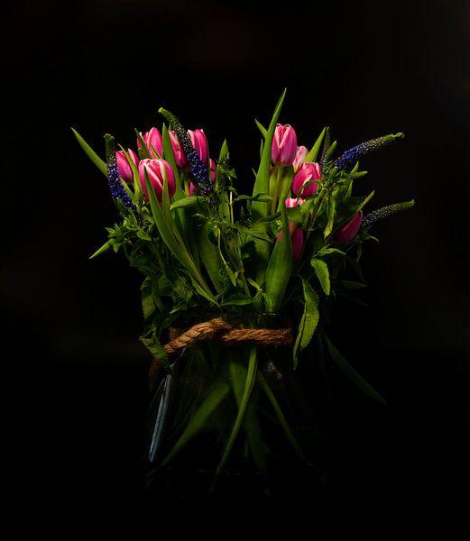 stilleven van een vaas met rood paarse tulpen van Compuinfoto .