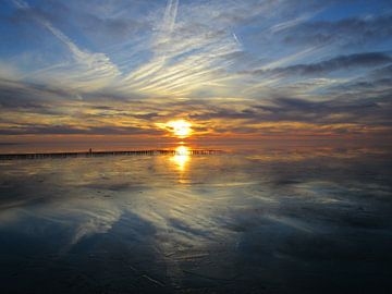 Weerspiegelende zonsondergang van Froukje Hobma