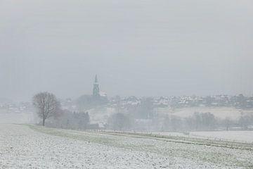 Vijlen gehuld in  sneeuw en mist van John Kreukniet