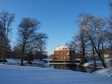 Hoekelum Schloss im Schnee (Ede, Niederlande) von Ben Nijenhuis