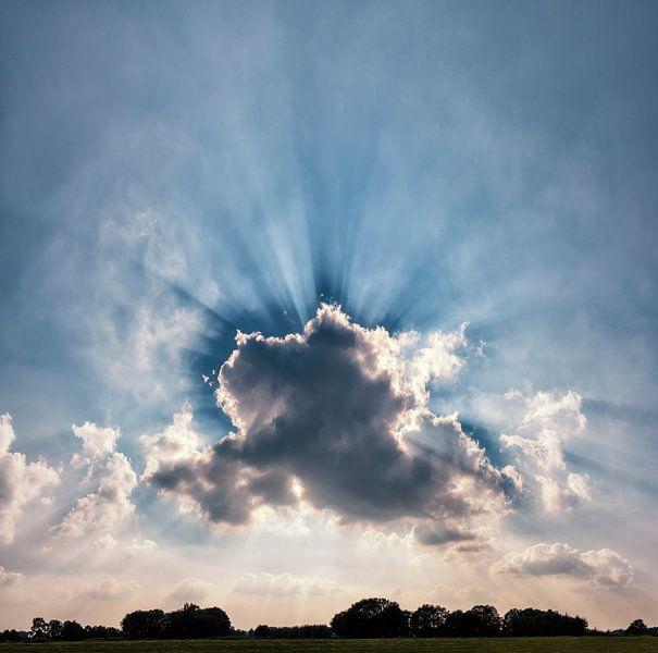 Zonnestralen achter een wolk, Laag-Keppel, , Gelderland, Nederland van Rene van der Meer